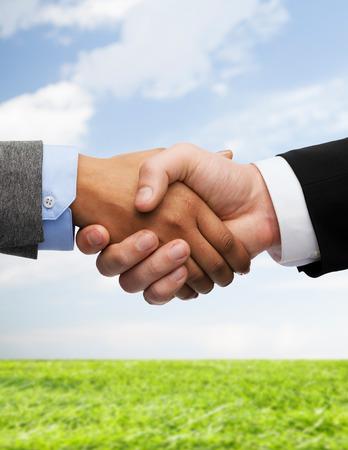 Entreprise et le concept de bureau - homme d'affaires et femme d'affaires se serrant la main Banque d'images - 28507829