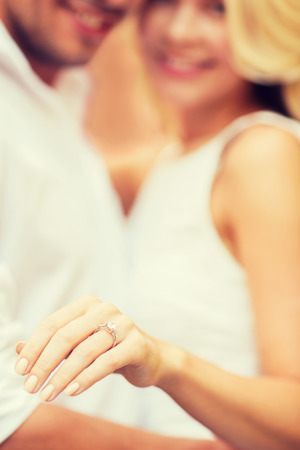 anillo de compromiso: vacaciones de verano, el amor, los viajes, el turismo, la relación y el concepto de citas - hombre romántico que propone a la mujer hermosa Foto de archivo