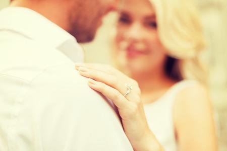 verlobt: Sommerferien, Liebe, Reisen, Tourismus, Beziehung und Dating-Konzept - romantischer Mann schlägt vor, schöne Frau