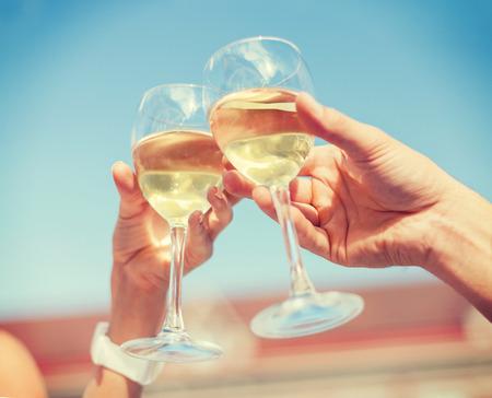 夏の休日とデートのコンセプト - 市内のカフェでワインを飲むカップル 写真素材