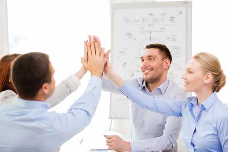 succes, zakelijk, kantoor-en winnende concept - gelukkig business team geven hoge vijf in het kantoor Stockfoto