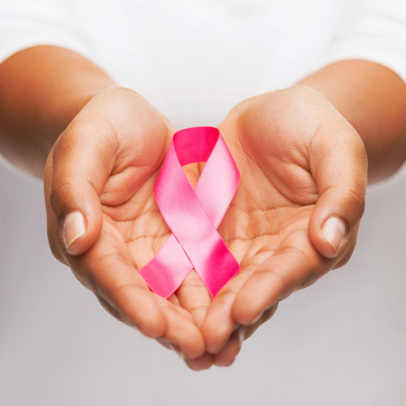pechos: salud y la medicina concepto - womans manos la celebraci�n de cinta de la conciencia del c�ncer de pecho