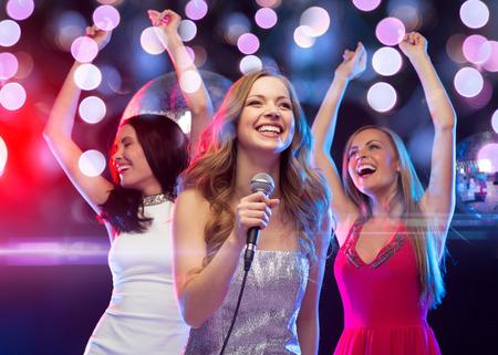 새해, 축하, 친구, 처녀 파티, 생일 개념 - 노래방 춤과 노래 이브닝 드레스에 세 여자