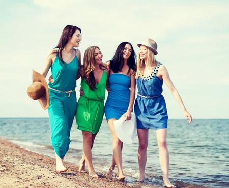 despedida de soltera: vacaciones de verano y concepto de vacaciones - niñas caminando por la playa Foto de archivo