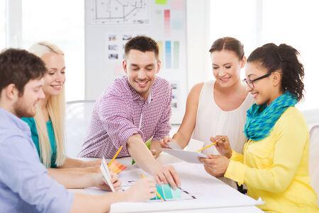 designers interior: tecnologia, istruzione, interior design e concept ufficio - sorridendo interior designer con campioni di colore, modello e tablet pc in ufficio