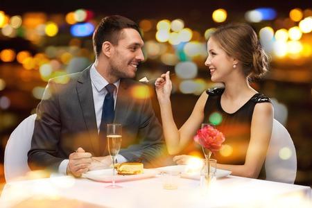 레스토랑, 커플 및 휴일 개념 - 웃는 몇 레스토랑에서 디저트를 먹는 스톡 콘텐츠