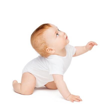 子供と幼児のコンセプト - クロール見て興味津 々 の赤ちゃん