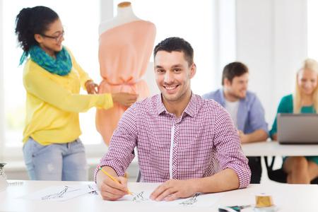 mannequin africain: démarrage, de l'éducation, de la mode et le concept de bureau - sourire croquis de dessin de sexe masculin et féminin de réglage robe sur un mannequin dans le bureau