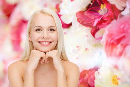 buen vivir: beauty, spa and health concept - smiling young woman Foto de archivo