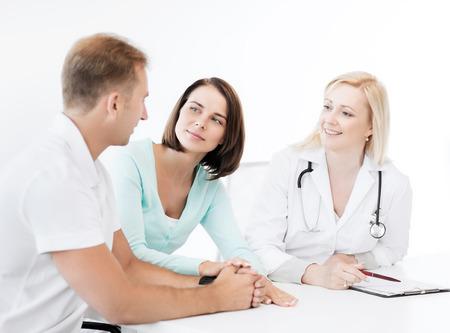 pacientes: cuidado de la salud y el concepto médico - médico con los pacientes en el gabinete