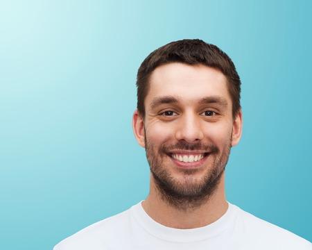 健康と美容のコンセプト - 笑顔若いハンサムな男の肖像
