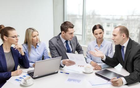 ビジネス、技術、事務所のコンセプト - ラップトップ コンピューター、ドキュメントとオフィスで議論を持つコーヒー ビジネス チームの笑みを浮