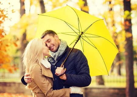 jovenes enamorados: días de fiesta, amor, los viajes, el turismo, la relación y el concepto de citas - romántica pareja besándose en el parque otoño Foto de archivo