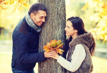 jovenes enamorados: días de fiesta, amor, los viajes, el turismo, la relación y el concepto de citas - romántica pareja jugando en el Parque de otoño