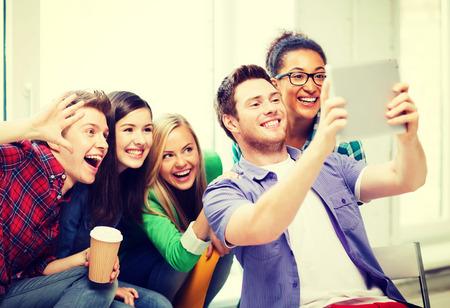 amigas conversando: educación y tecnología - grupo de estudiantes que hace el cuadro con tablet pc en la escuela