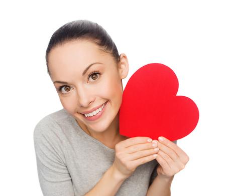 buen vivir: felicidad, el amor y el concepto de salud - sonriendo mujer asiática con el corazón rojo
