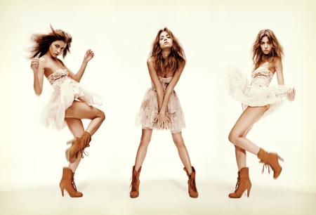 poses de modelos: la moda y el glamour concepto - de triple imagen del mismo modelo en diferentes poses