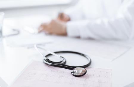 心電図で男性医師の手の明るい画像 写真素材