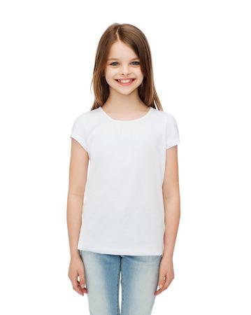 ni�o modelo: publicidad y camiseta concepto de dise�o - ni�a sonriente en blanco camiseta en blanco sobre blanco Foto de archivo