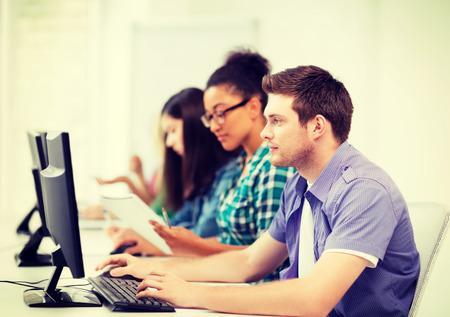 Education Concept - étudiant avec les ordinateurs étudier à l'école