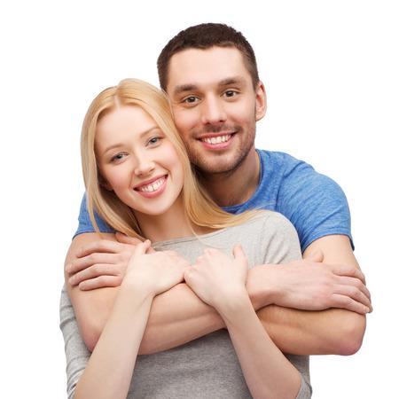 láska a rodina koncepce - usmívající se pár objímání