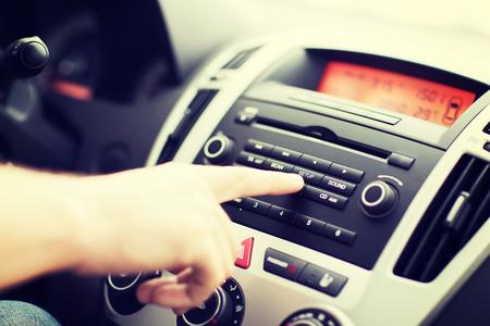 panel de control: el transporte y el vehículo de concepto - el hombre utilizando equipo de sonido de audio de coche Foto de archivo