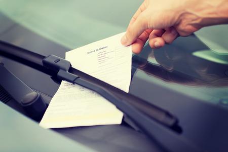 delito: el transporte y el concepto de vehículo - boleto de estacionamiento en el parabrisas del coche Foto de archivo