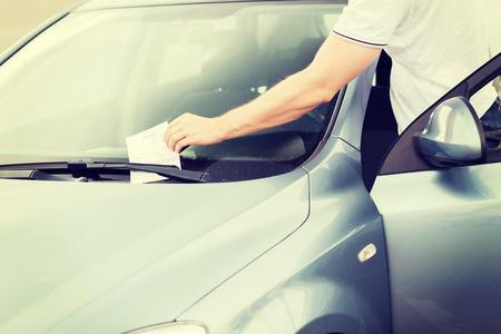 violación: el transporte y el concepto de vehículo - boleto de estacionamiento en el parabrisas del coche Foto de archivo