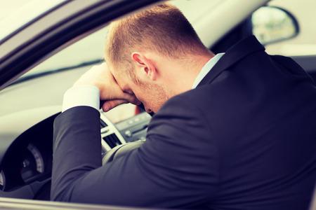 교통 및 차량 개념 - 피곤 사업가 또는 택시 자동차 드라이버