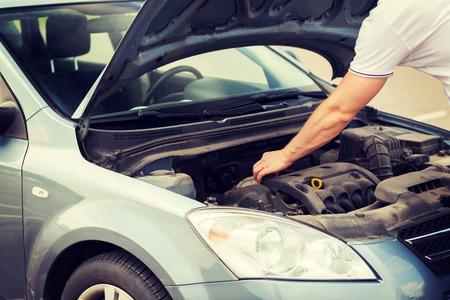 운송 및 차량 개념 - 자동차 보닛 열기 및 후드 찾고 남자 스톡 콘텐츠 - 29640151