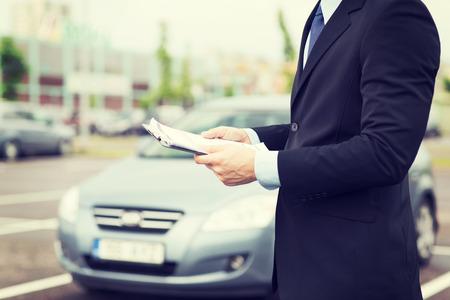 운송 및 소유권 개념 - 외부 차 서류 남자