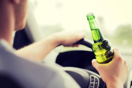 tomando alcohol: el transporte y el concepto de veh�culo - hombre de beber alcohol mientras se conduce el autom�vil