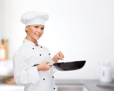 料理や食品のコンセプト - 笑顔の女性シェフ、料理やパン、スプーンのパン屋