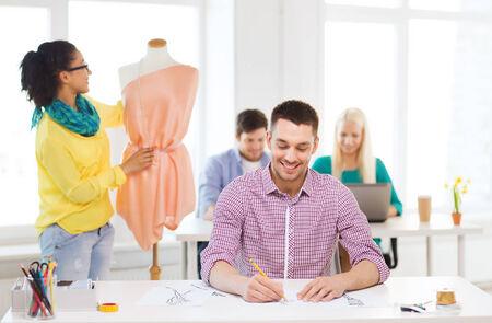 mannequin africain: démarrage, de l'éducation, de la mode et le concept de bureau - sourire croquis de dessin mâle et femelle robe ajustement sur mannequin en fonction