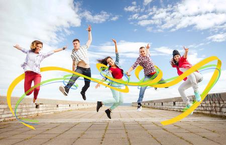 夏には、スポーツ、ダンスと 10 代のライフ スタイルのコンセプト - ジャンプのティーンエイ ジャーのグループ