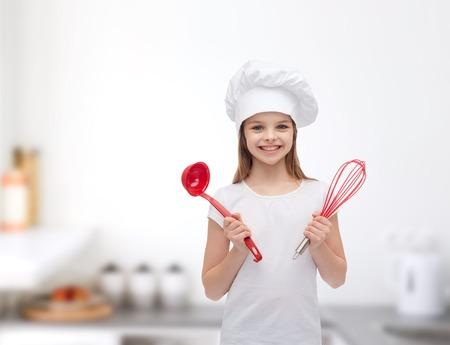 Koken en mensen concept - lachend meisje in kok hoed met pollepel en garde Stockfoto - 29641906