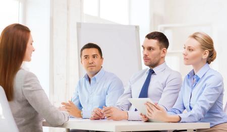 comité d entreprise: affaires, entrevue, l'emploi et le concept de bureau - équipe d'affaires avec l'ordinateur de tablette pc entrevue ou tir travailleur dans le bureau Banque d'images