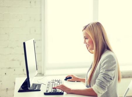 puesto de trabajo: imagen de la sonrisa de negocios con la computadora en la oficina