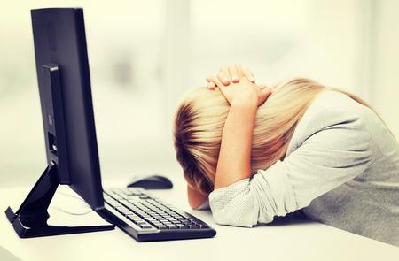 비즈니스, 사무실, 학교 및 교육 개념 - 직장에서 컴퓨터와 사업가 강조 스톡 콘텐츠