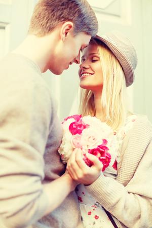 여름 방학, 사랑, 관계 데이트 개념 - 도시에서 꽃의 꽃다발 행복한 커플