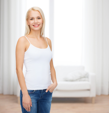 탱크 탑: T 셔츠 디자인 개념 - 빈 흰색 탱크 탑에 웃는 여자