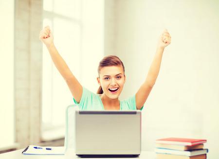 学校でノート パソコンと幸せな学生少女画像 写真素材