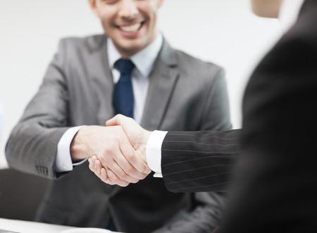 businesss en office concept - twee zakenlieden handen schudden in het kantoor