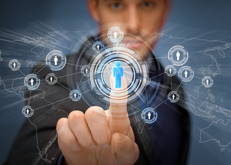 ビジネス、技術、インターネット、ソーシャルネットワー キングのコンセプト - 接触仮想画面上のボタンを押すと実業家