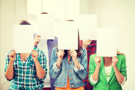教育コンセプト - 白紙面をカバーする学生のグループ