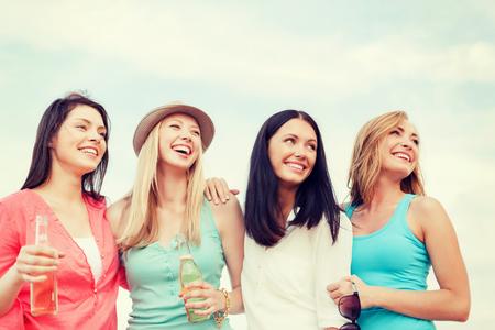 bachelore party: vacaciones de verano y concepto de vacaciones - chicas con bebidas en la playa