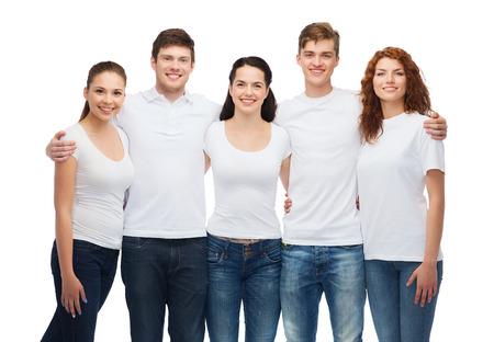 De t-shirt design en mensen concept - groep van lachende tieners in witte lege t-shirts