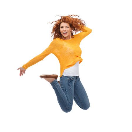 幸福、自由、動き、人々 のコンセプト - 空気中のジャンプの若い女性を笑顔