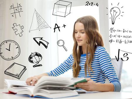 la educación y el hogar concepto - sonriente niña estudiante sentado en mesa de lectura y libros