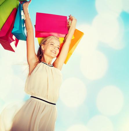 Einkaufs-und Tourismus-Konzept - eine Frau mit Einkaufstüten Standard-Bild - 30637676